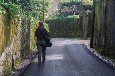 Wąska uliczka - Lizbona i Sintra nie są idealnymi mijecami dla samochodów