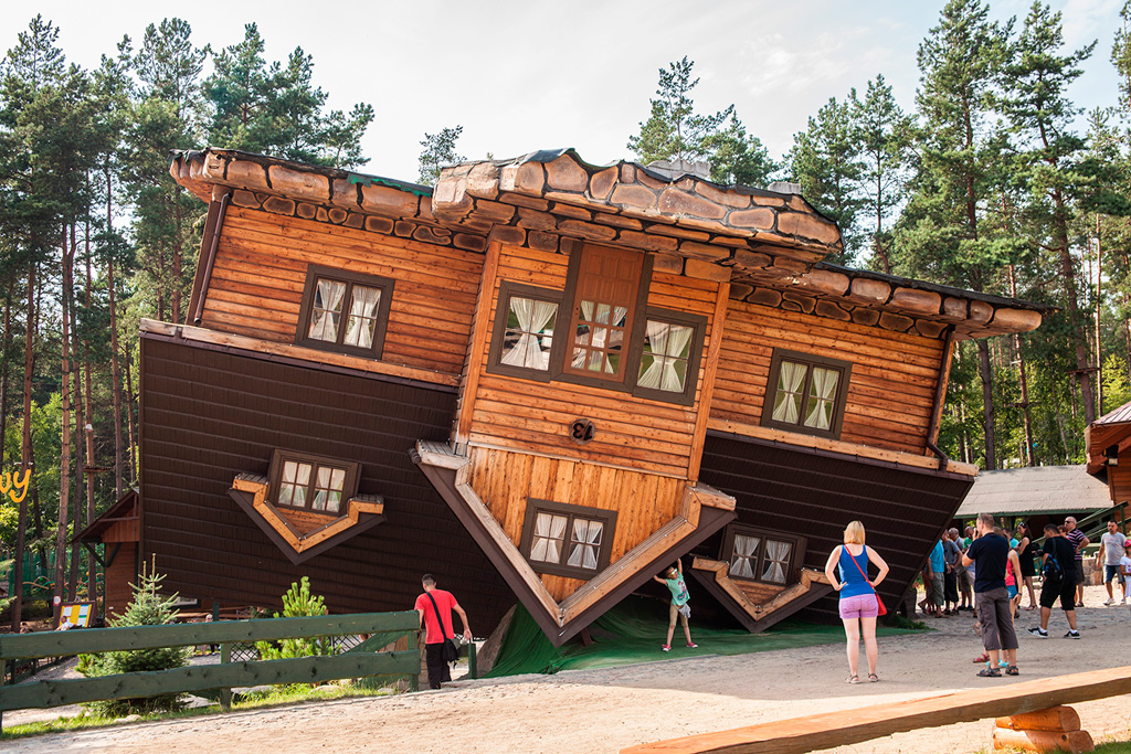 Dom stojący na głowie w Szymbarku