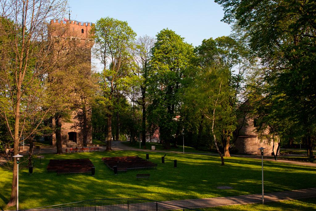 WIdok z Wieży Ostatecznej Obrony. Po lewej - Wieża Piastowska, po prawej - Rotundaromańska