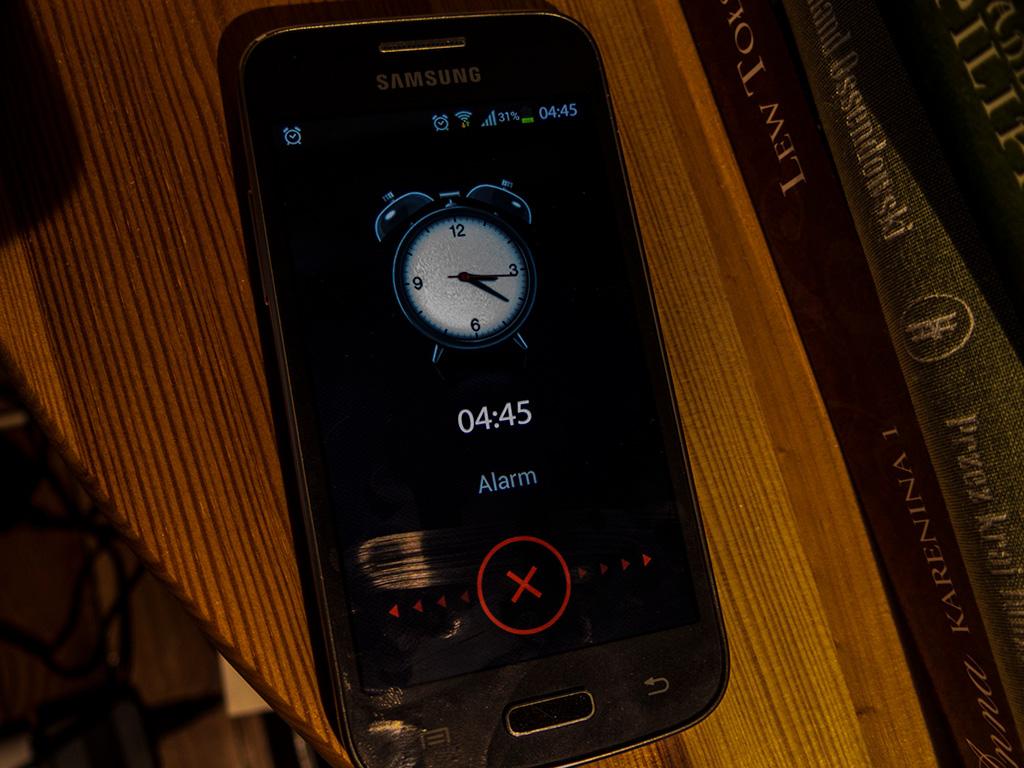 10 powodów... ale najgorszy to chyba wstawanie przed świtem. A oto dzwoniący budzik.