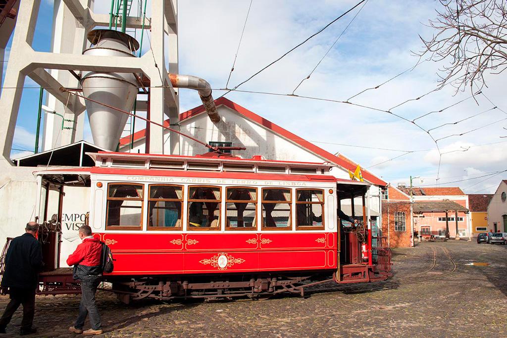 Takim pięknym tramwajem przejedziemy się między budynkami Museu da Carris