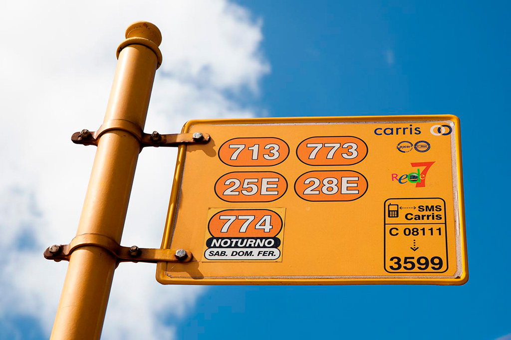 Lizbona, komunikacja - słupek przystankowy z numerami linii