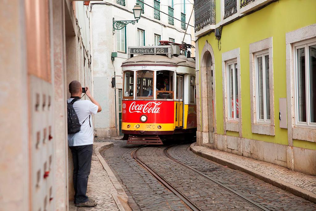 Lizbona - tramwaj dosłwone czai się za rogiem