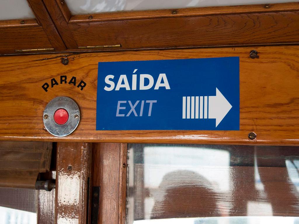 Przycisk PARAR (stop) w starych tramwajach znajdziemy tuż nad oknem