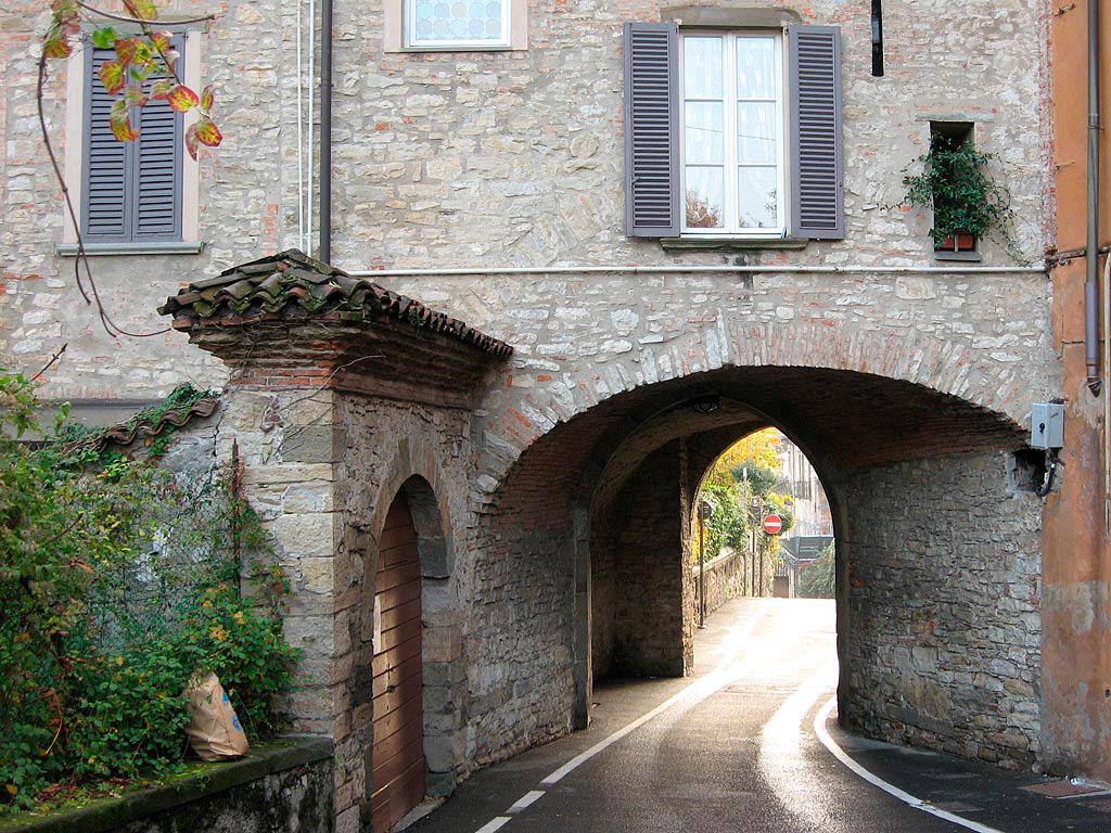 Brama w murach miejskich