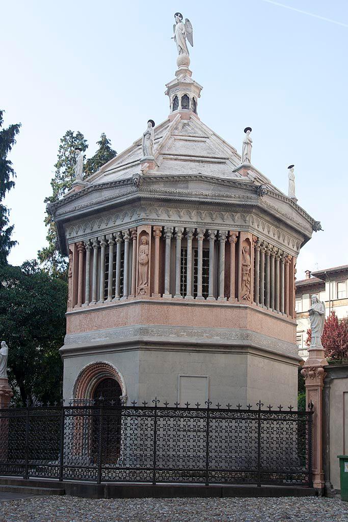 Pękata dzwonnica z licznymi małymi podłużnymi kolumienkami