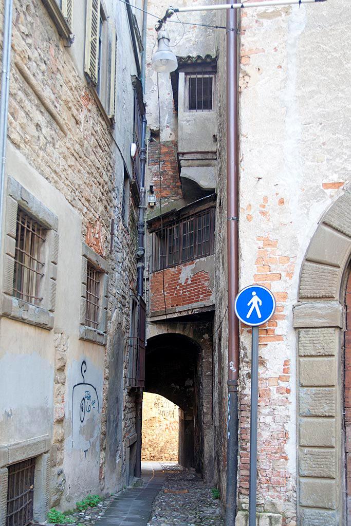 Chodnik wijący się wśród ścian domów