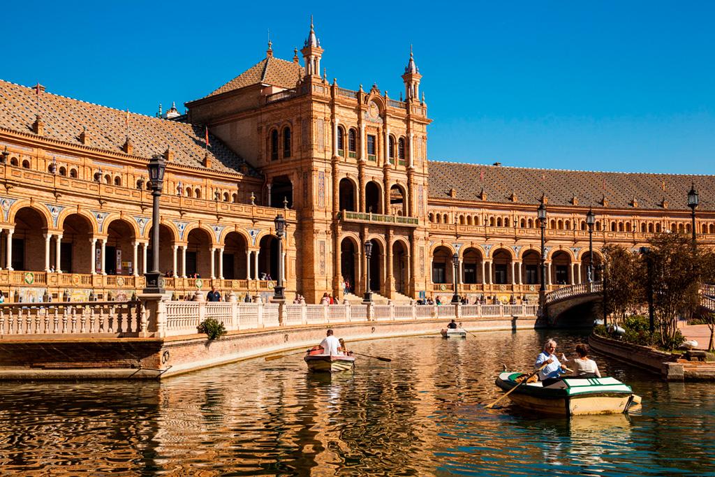 Na Plaza de España stoi bardzo ładny i wcale nie stary budynek...