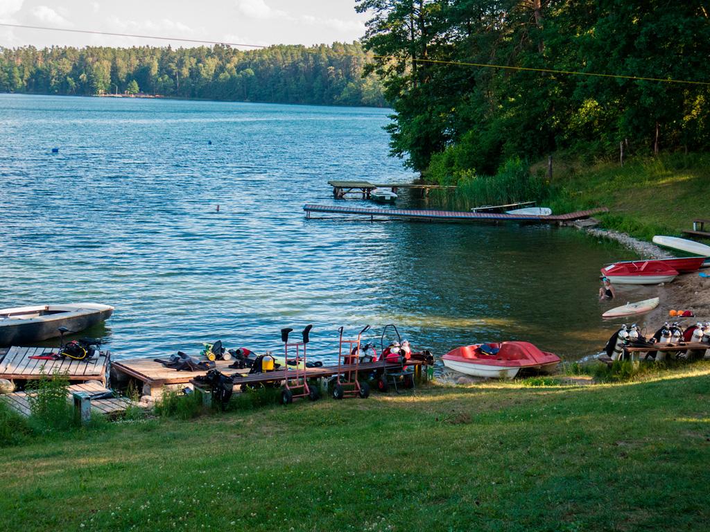 Widok na wejście do jeziora. Są półeczki i kąpielisko