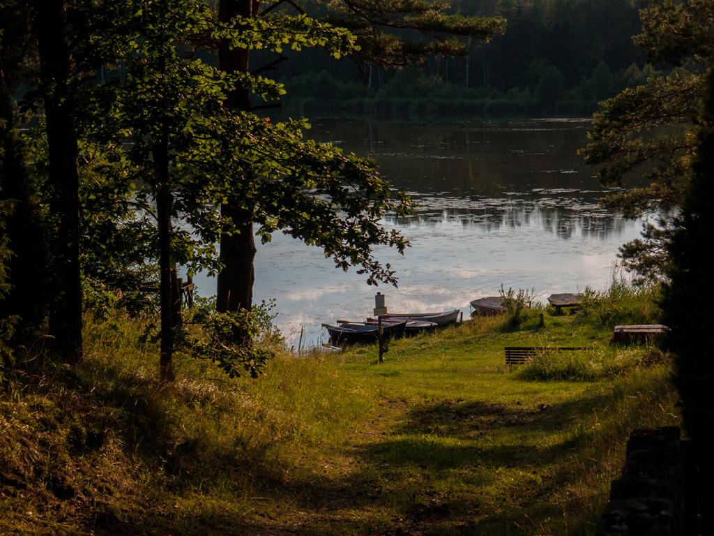 Zejście do jeziora na terenie ośrodka