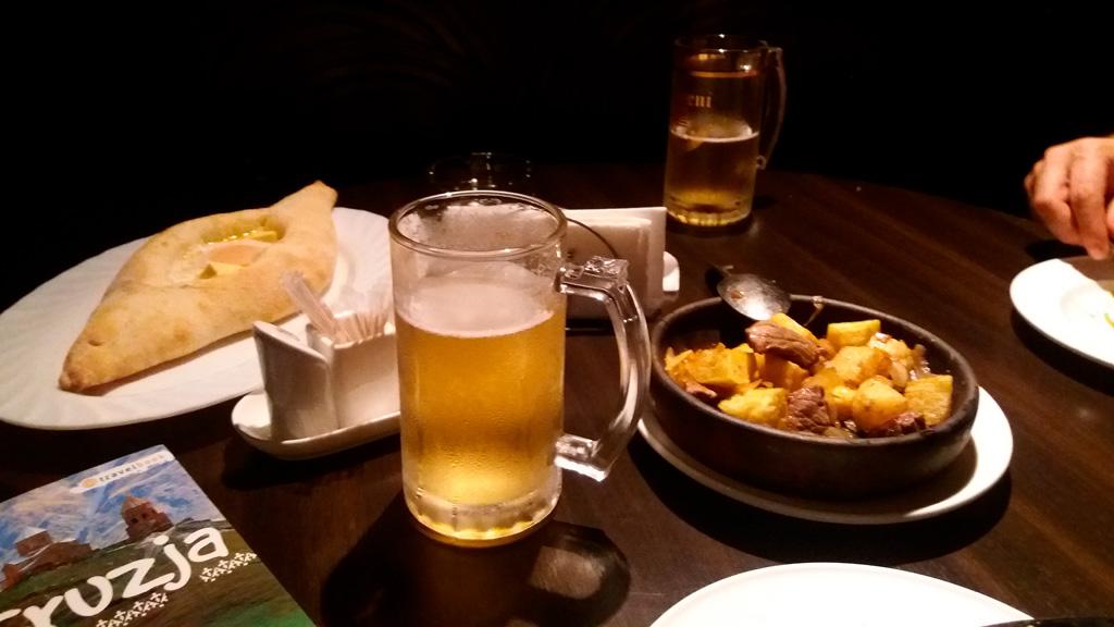Kolacja. Po lewej: chaczapuri adżarskie, po prawej: mięso z pieczonymi ziemniakami. Pycha :)