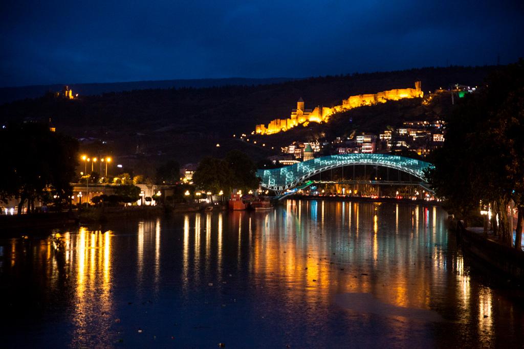 Tbilisi nocą znad rzeki Kury. Nocą nie widać, jaka jest brudna