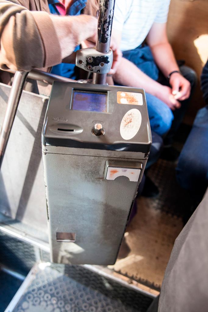 Automat biletowy w autobusie tbiliskim. Pieniążek z lewej, bilecik z prawej z przodu. Jak niegdyś u nas numerki w kolejce po mięso...:)
