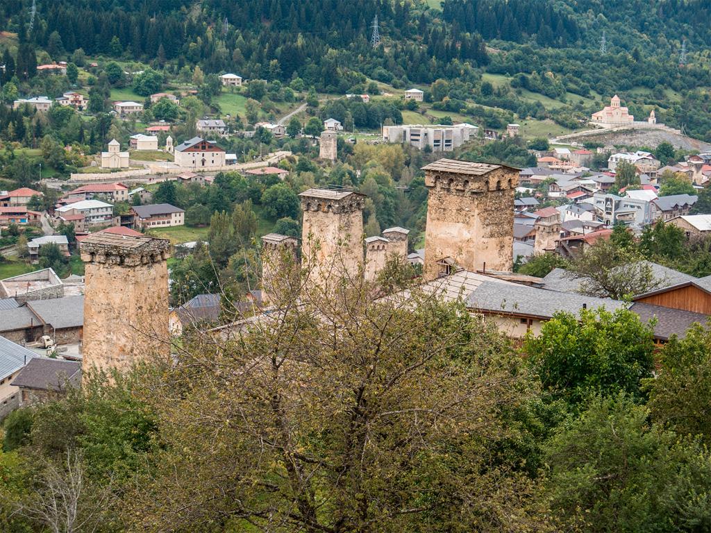 Mestia, widok na miasto i wieże obronne