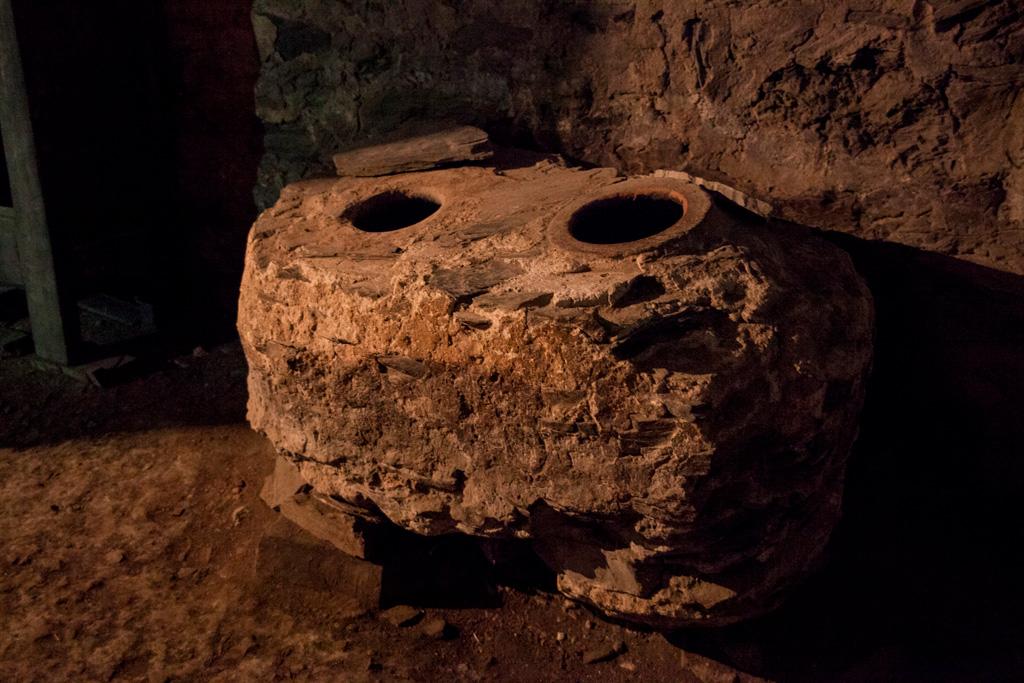 Piwnica, miejsce na trzymanie wody lub wina