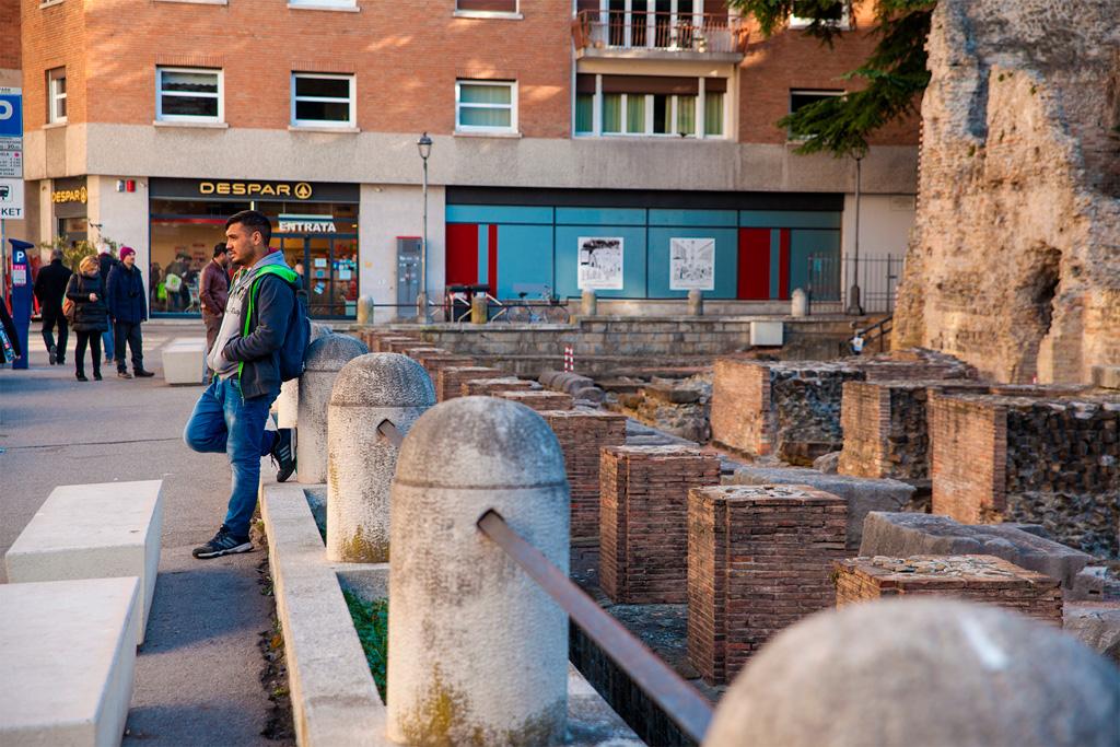 Teatro Romano, tuż obok podziemnego parkingu w centrum miasta.