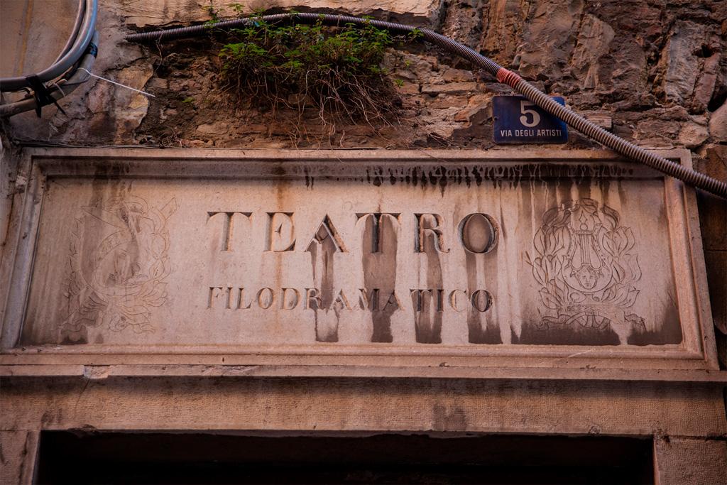 Napis TEATRO FILODRAMATICO nad tajemniczym wejściem