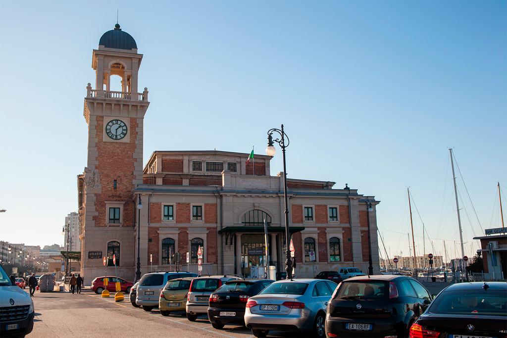 Stary, ale ładnie odnowiony budynek z wieżą i zegarem.