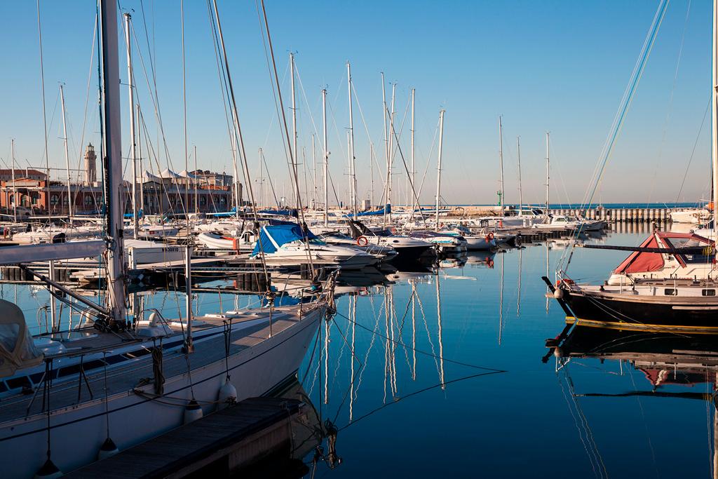 Jachty i motorówki stojące na spokojnej wodzie mariny