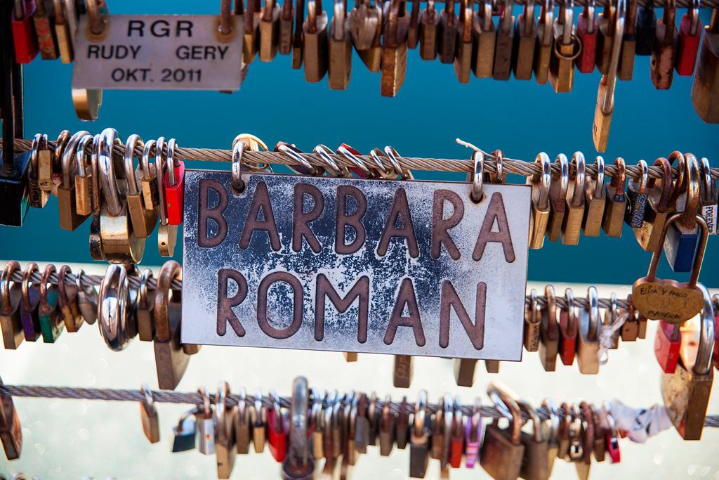 Pamiątkowe kłódki z imionami zakochanych par