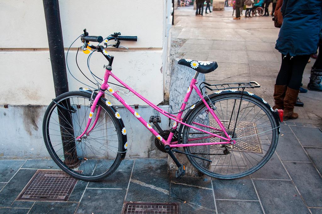 Rózowy rower z namalowanymi stokrotkami