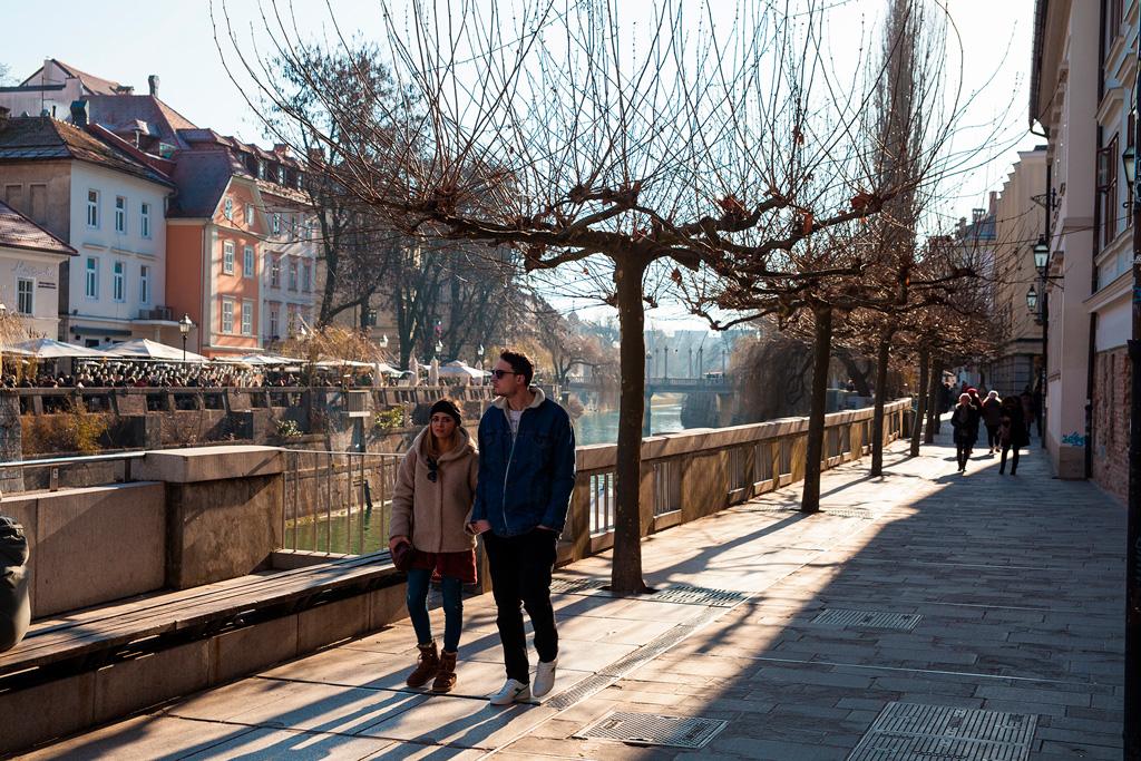 Promenada ciągnie się po obu stronach rzeki