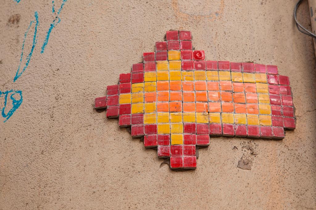 Strzałka z kafelków na murze