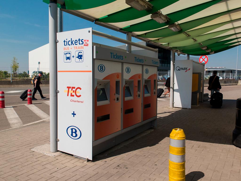 Automaty biletowe przed lotniskiem