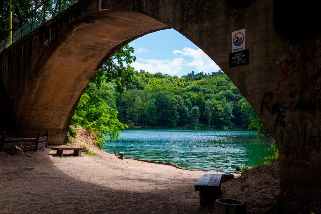 Most stoi kilka metrów od brzegu jeziora