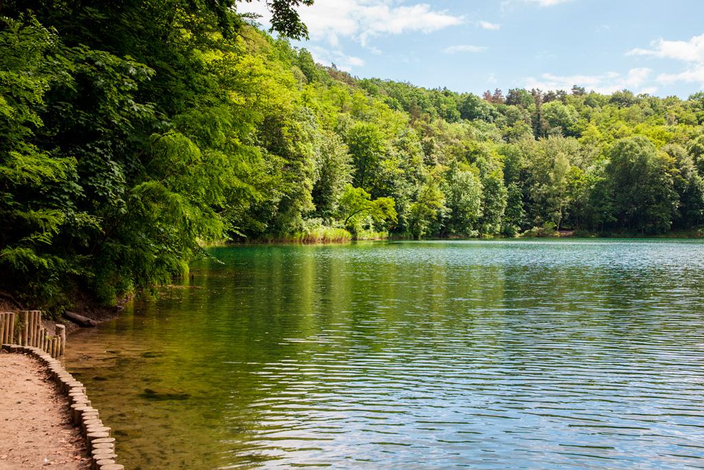 Uregulowny brzeg jeziora obok mostu