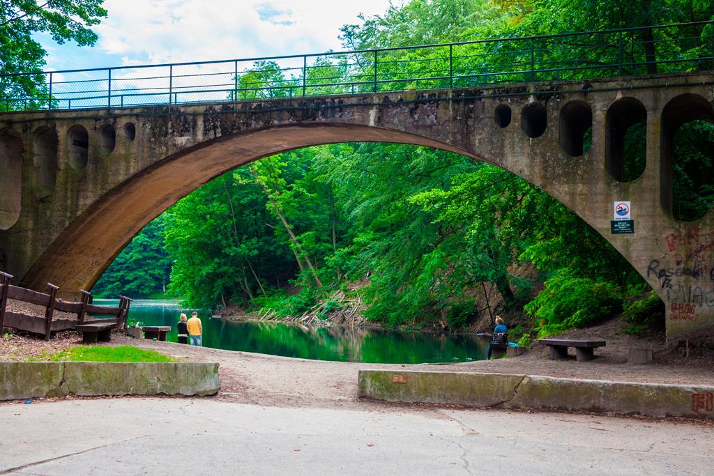 Jezioro Szmaragdowe – betonowy most nad brzegiem