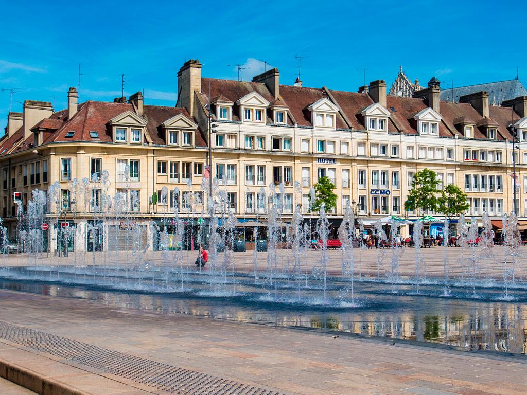 Beauvais to nieduże miasto z sympatycznym rynkiem