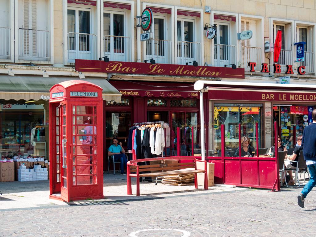 Angielska budka telefoniczna we Francji?