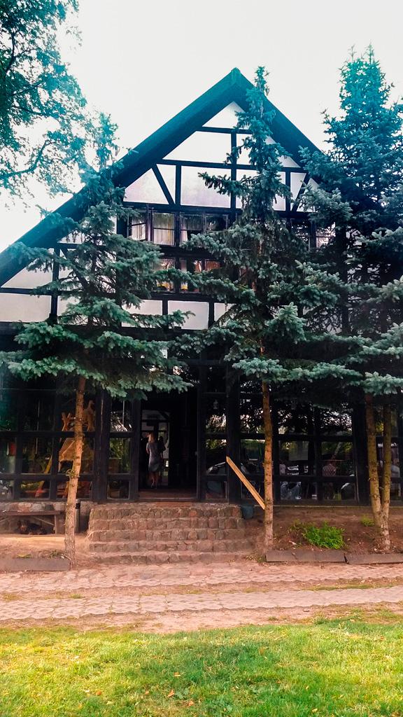 Pensjonat Leleszki w otoczeniu drzew