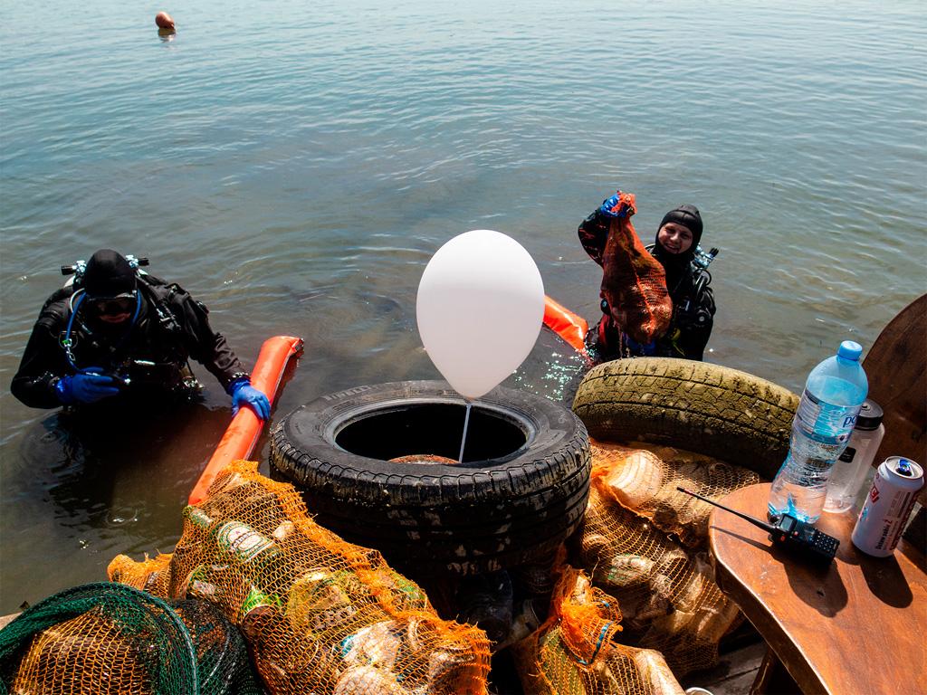 Jezioro Dominickie - nurkowie wyjmujący śmieci z wody