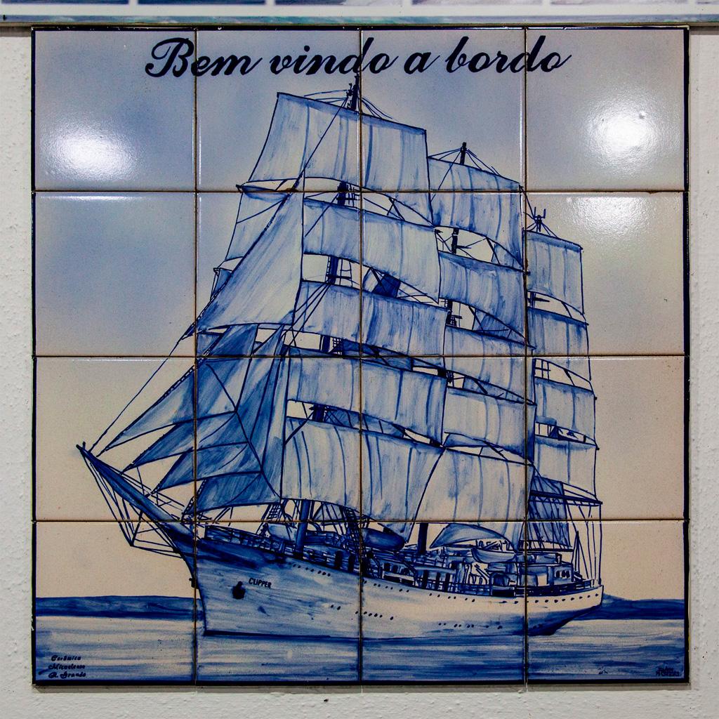 Obraz żaglowca namalowany na płytkach ceramicznych