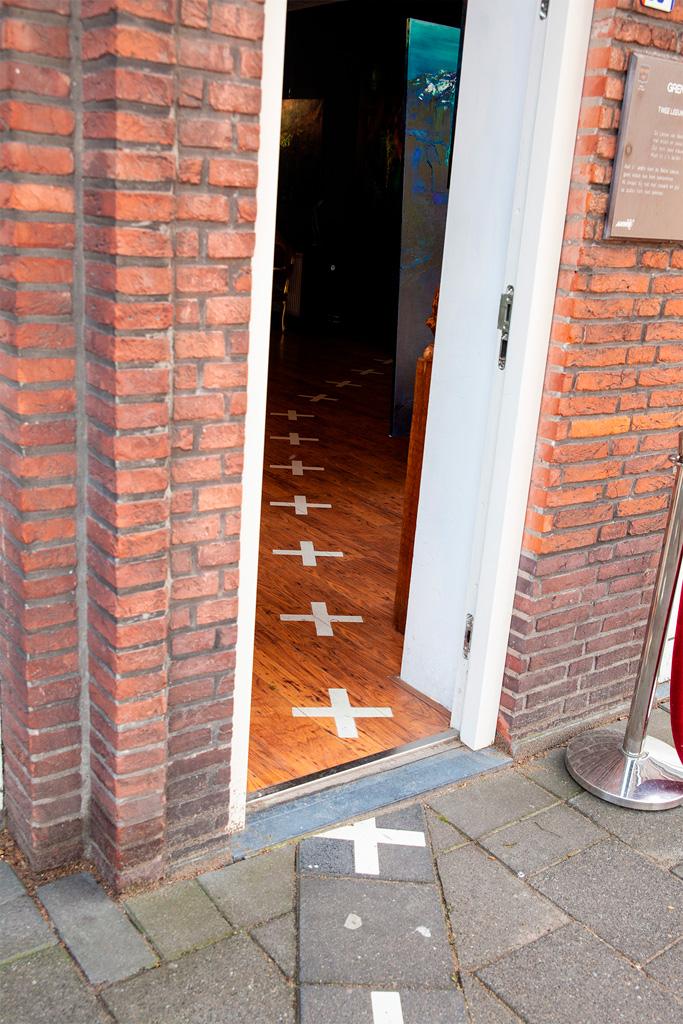 Miejskie puzzle w najbardziej ekstremalnej postaci - granica pośrodku drzwi