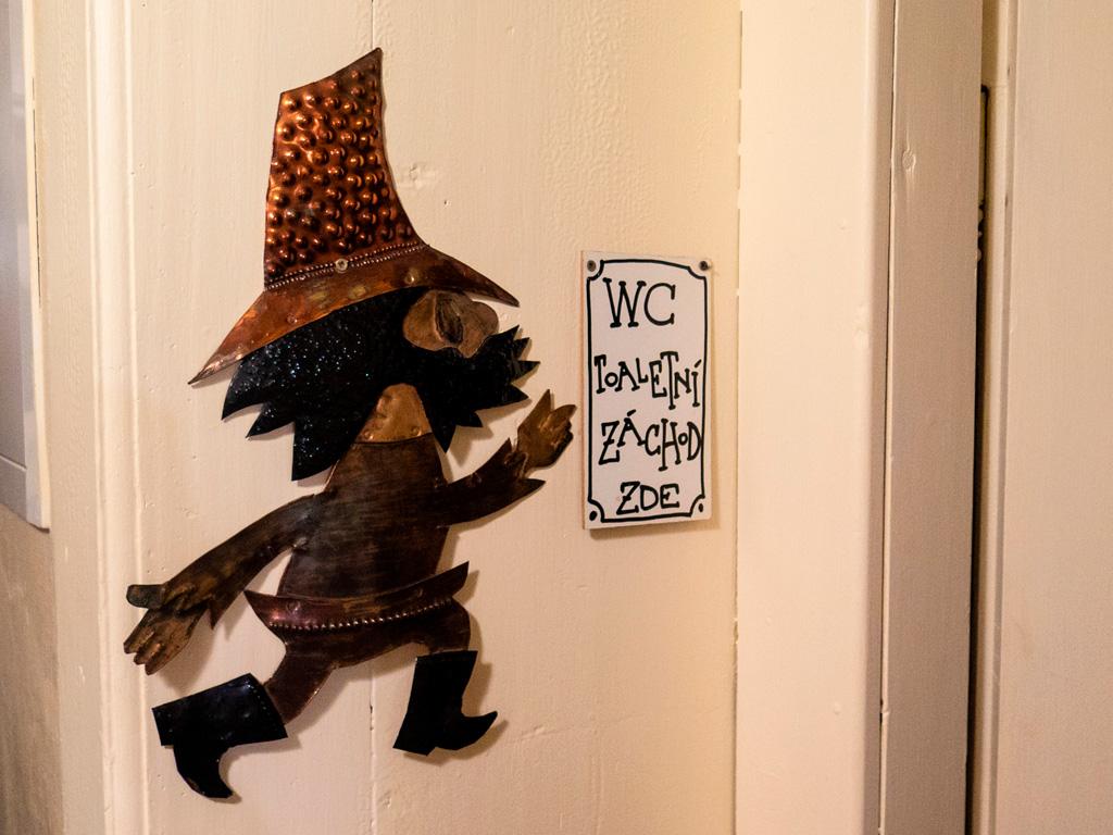 Biegnący Rumcajs na drzwiach toalety
