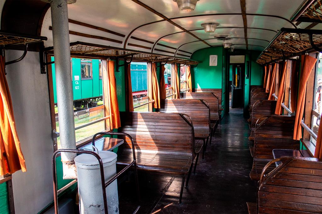 Pociąg retro ma drewniane ławki i okna otwierane do dołu