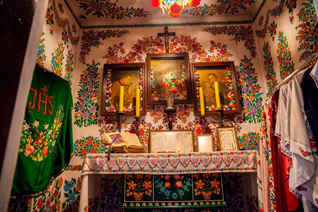 Zalipie - bogato zdobiona malowidłami kaplica w miejscowym kościele