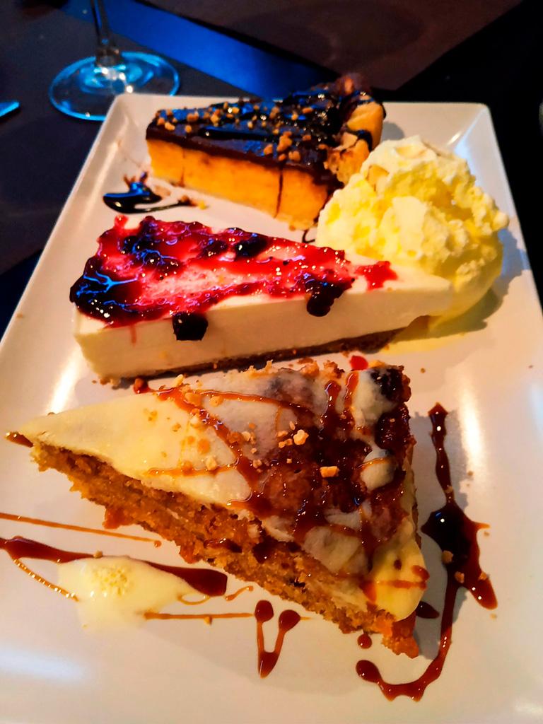 Co zjeść po kolacji? Deser niespodziankę, czyli trzy kawałki różnych ciast i gałka lodów