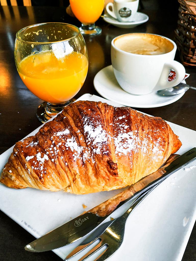 Co zjeść w Walencji? Rano zacznijmy od kawy, rogalika i soku z pomarańczy