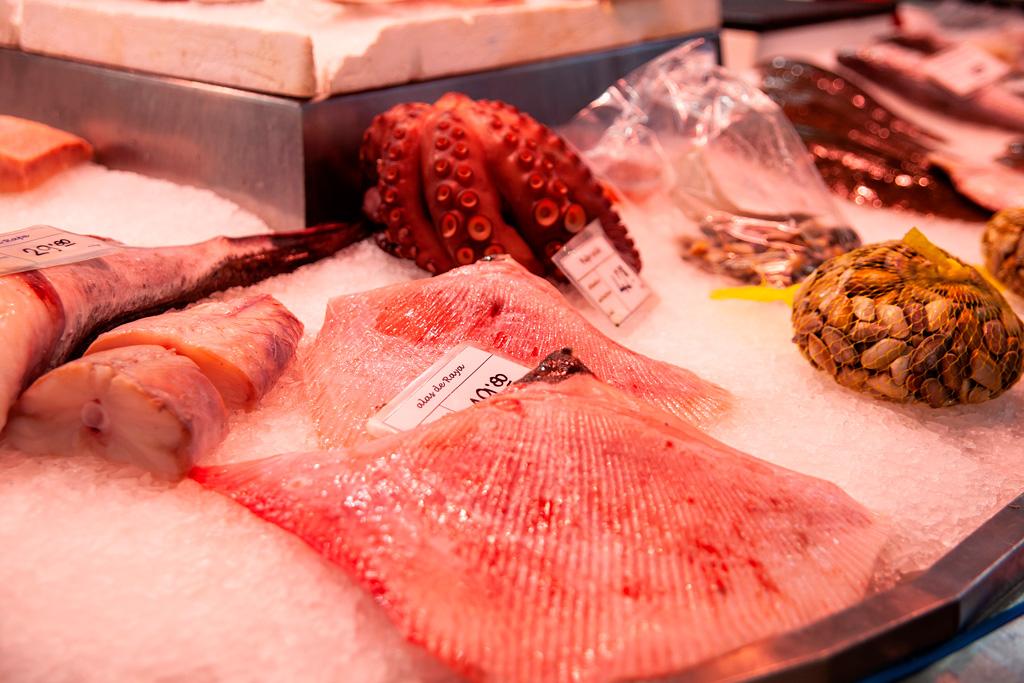 Mięso płaszczki, ośmiornica, muszle i ryby na straganie w Walencji