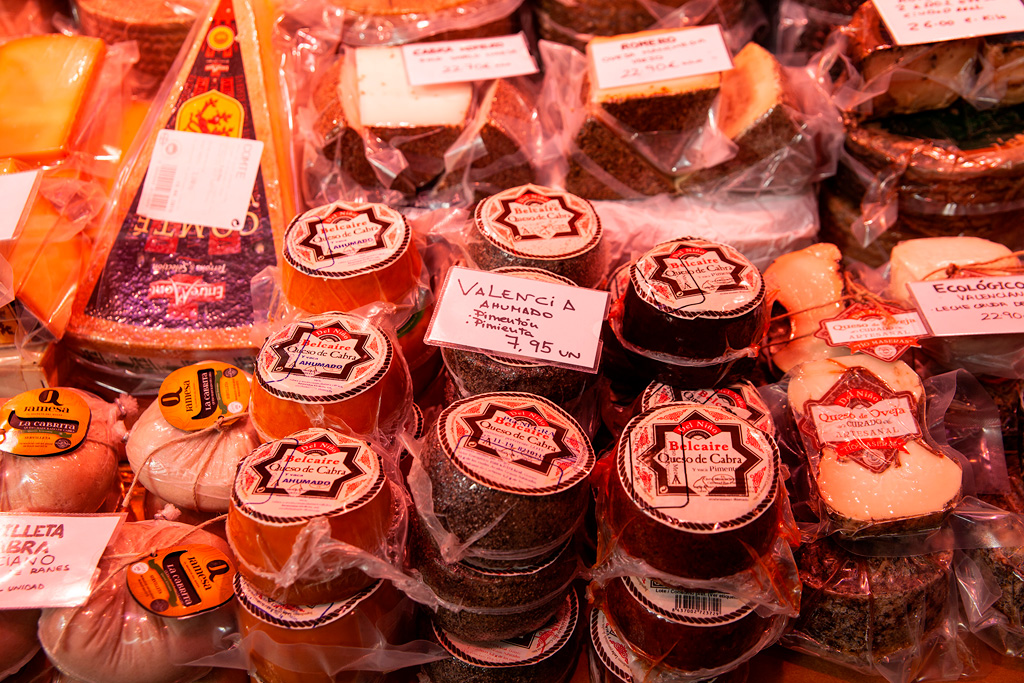 Rozmaite sery na straganie w Mercado Central