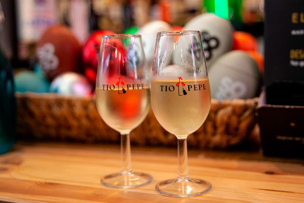 Dwa kieliszki z dobrze schłodzonym winem manzanilla