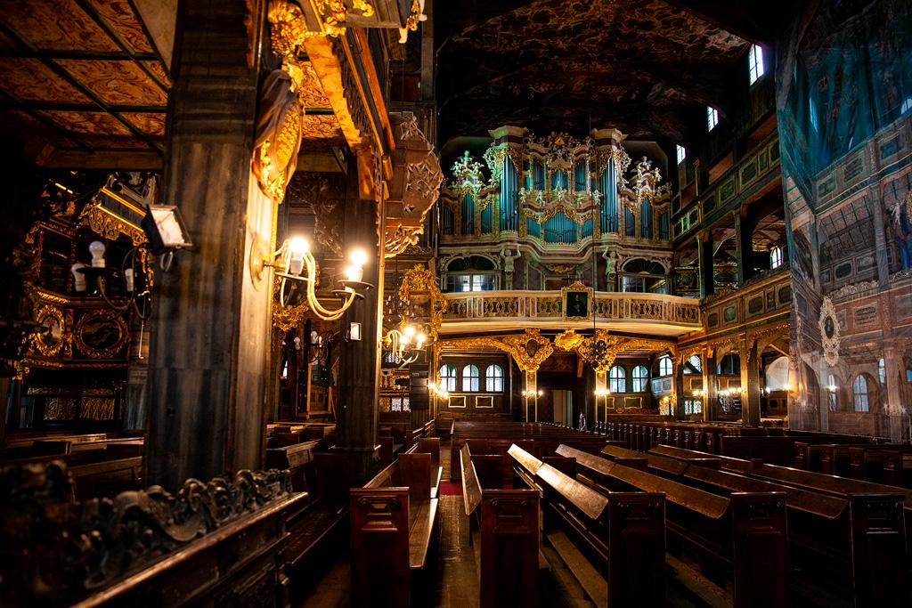 Kościół pokoju w Świdnicy - rzędy ławek, balkony i organy