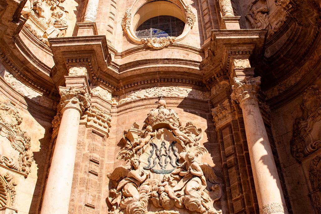 Portal nad wejściem do katedry