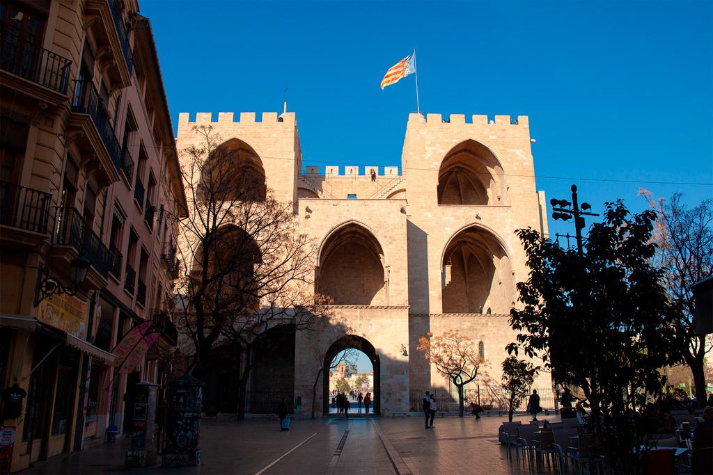 Torres de Serranos od strony miasta