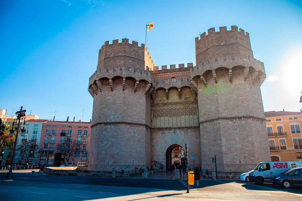 Torres de Serranos od strony zewnętrznej. Mury miejskie rozebrano
