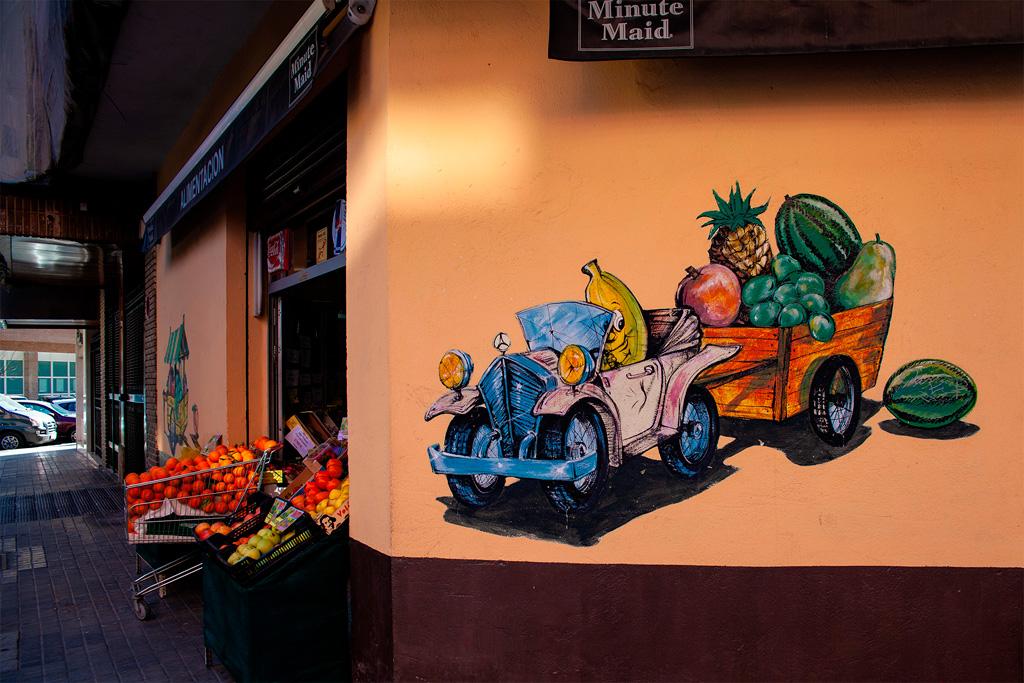 Malowana reklama warzywniaka - samochód z przyczepą z warzywami i owocami